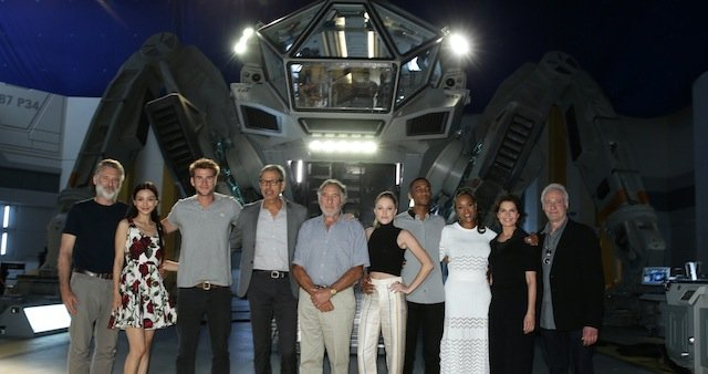 Meet the cast on the Independence Day Resurgence Set!