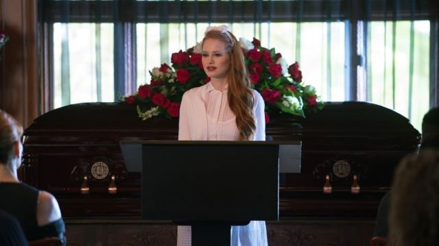 Riverdale Clip: Veronica Tries to Make Peace with Cheryl Blossom