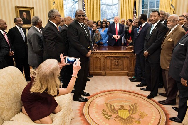 170228-kellyanne-couch-oval-office-8a_bf82fe1bd03b17fe4b734551598ef323.nbcnews-ux-2880-1000