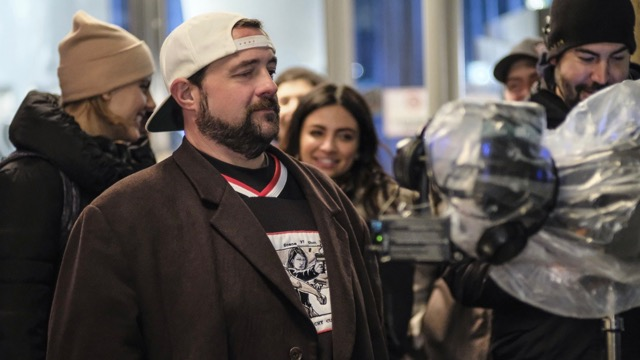 Supergirl Photos: Kevin Smith Returns to Direct Distant Sun